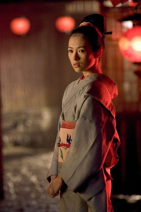 Nachdem Chiyo (Ziyi Zhang) die triebhafte Hatsumomo beim Liebesspiel mit einem jungen Mann ertappt hat, ist sie deren massiven Schikanen ausgesetzt.... - Bildquelle: 2005 Sony Pictures Television International.
