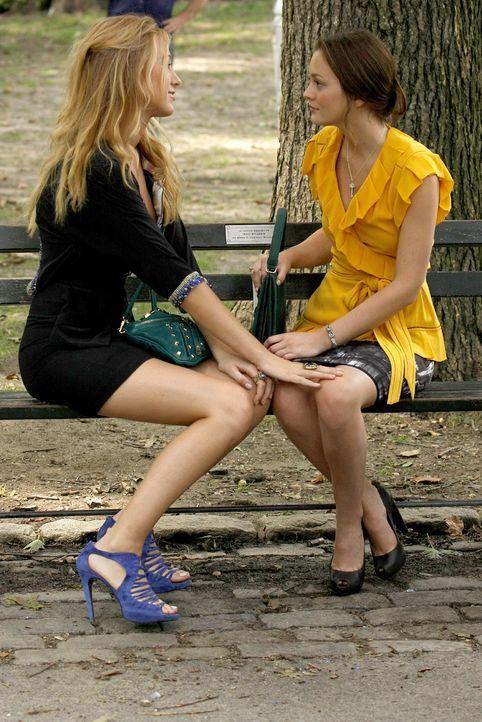 Blair (Leighton Meester, r.) und Chuck wollen bei einer Versteigerung dasselbe Foto kaufen. Die beiden streiten und belügen sich, bis schließlich Se... - Bildquelle: Warner Brothers