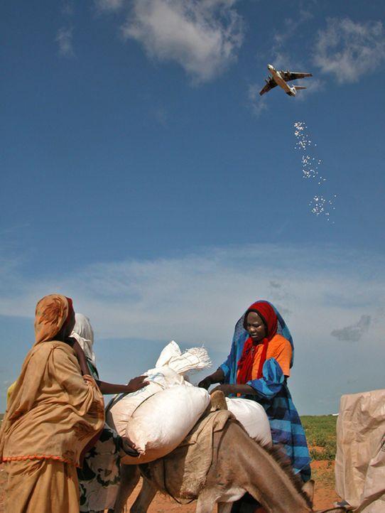 """Rosinen-Bomber: Im Sudan werfen Flugzeuge des """"United Nations World Food Programme"""" Care-Pakete aus der Luft ab, um die hungernde Bevölkerung mit Le... - Bildquelle: Actuality Productions (USA)"""