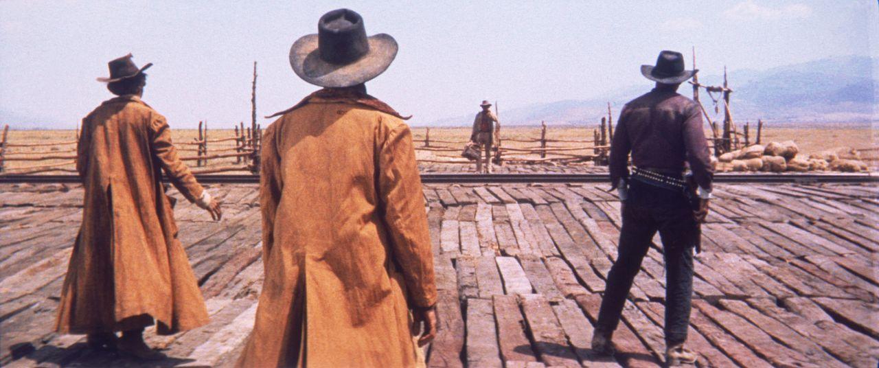 Als an einer einsamen Eisenbahnstation ein Zug hält, steigt ein Mann mit Mundharmonika (Charles Bronson, 2.v.r.) aus und nach einem kurzen Wortwechs... - Bildquelle: TM &   2003 by Paramount Pictures Corporation. All rights reserved