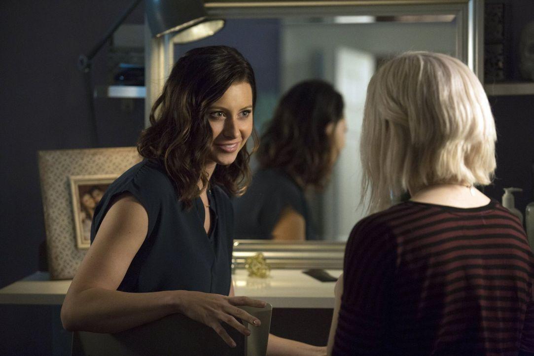 Dank des Gehirnes einer High School Schönheit führen Peyton (Aly Michalka, l.) und Liv (Rose McIver, r.) nach langer Zeit mal wieder Mädchen-Gespräc... - Bildquelle: Warner Brothers