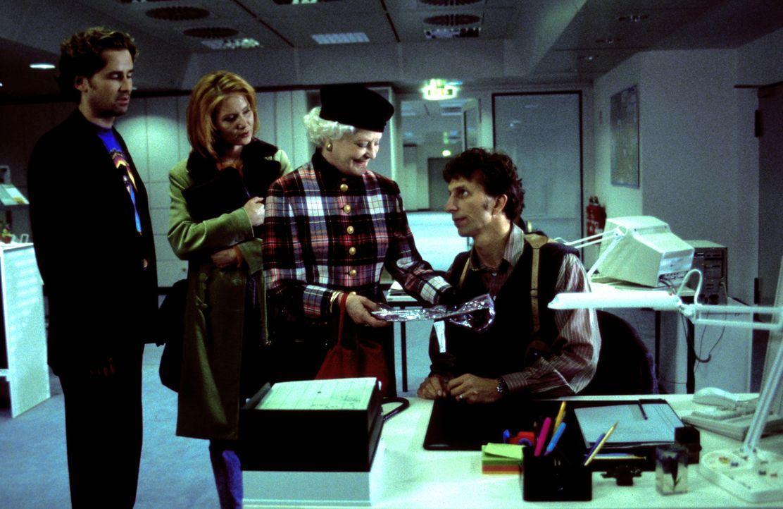 Der junge Kriminaler Thomas Kast (Rufus Beck, r.) hat ein echtes Problem: seine Tante Trudi (Elisabeth Wiedemann, 2.v.r.). Diese ist eine notorische... - Bildquelle: Helmut Röttgen ProSieben