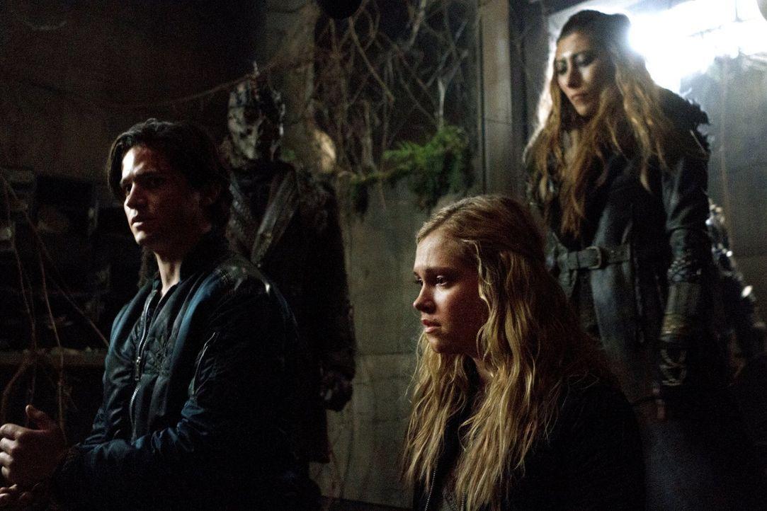 Als Finn (Thomas McDonell, l.) und Clarke (Eliza Taylor, M.) auf die Jagd gehen, laufen sie direkt in Anyas (Dichen Lachman, r.) Falle ... - Bildquelle: Warner Brothers