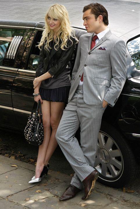 Mit Jennys (Taylor Momsen, l.) Hilfe will Chuck (Ed Westwick, r.) Blair aus ihrer Traumwelt holen. - Bildquelle: Warner Brothers