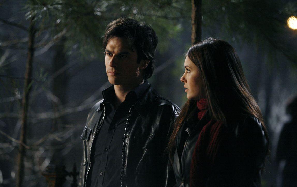 Elena (Nina Dobrev, r.) will Damon (Ian Somerhalder, l.) helfen, Catherine zu befreien ... - Bildquelle: Warner Bros. Television