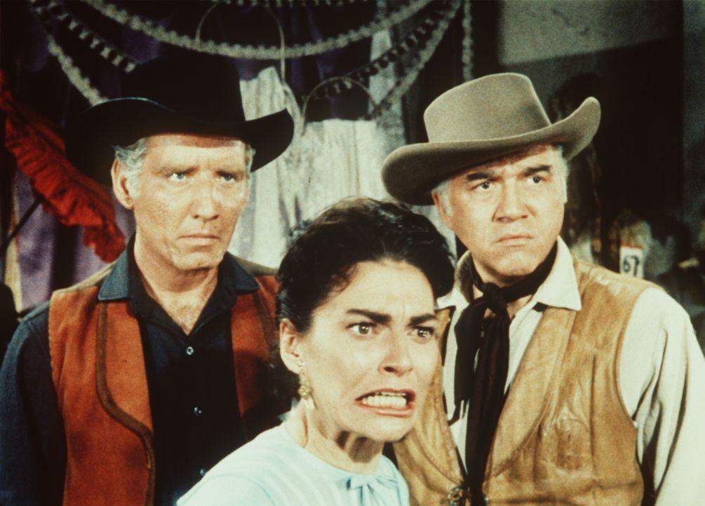 Der Sheriff (Morgan Woodward, l.), Beth Cameron (Nancy Dale, M.) und Ben Cartwright (Lorne Greene, r.) bezichtigen den Gauner Perkins des Mordes. - Bildquelle: Paramount Pictures