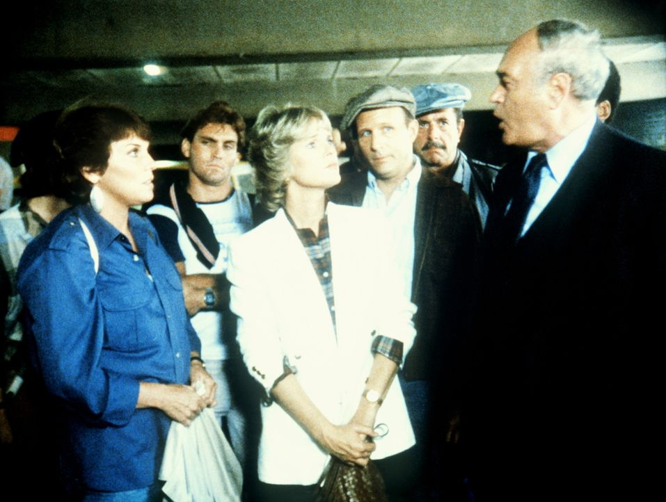 Lacey (Tyne Daly, l.) und Cagney (Sharon Gless, M.) besprechen den Einsatz, der vor ihnen liegt. - Bildquelle: ORION PICTURES CORPORATION. ALL RIGHTS RESERVED.