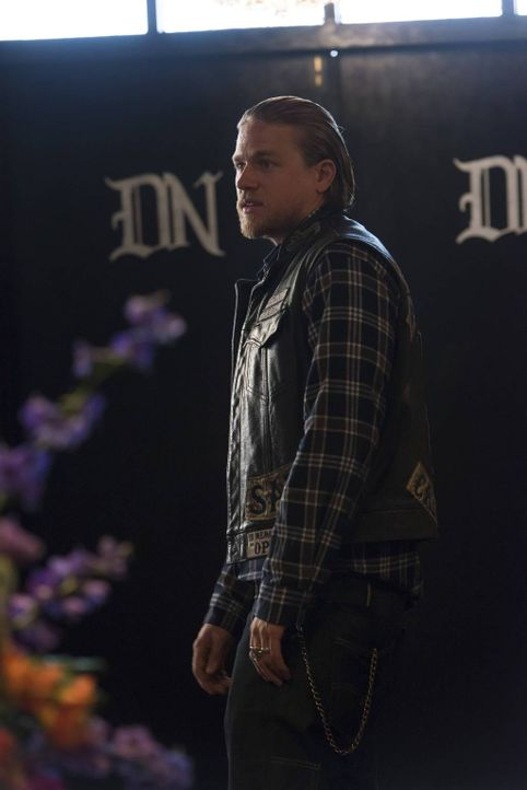 Jax (Charlie Hunnam) findet heraus, dass Brookes Mutter bei einer Massenkarambolage starb und Brooke nun die Sons für deren Tod verantwortlich macht... - Bildquelle: 2013 Twentieth Century Fox Film Corporation and Bluebush Productions, LLC. All rights reserved.