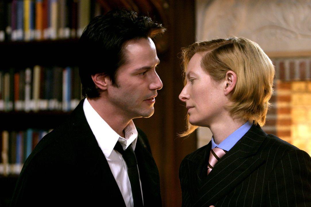 Erzengel Gabriel (Tilda Swinton, r.) unterstützt Constantine (Keanu Reeves, l.) bei seinen Aufträgen, nicht ahnend, dass dieser ein dunkles Geheimni... - Bildquelle: Warner Brothers