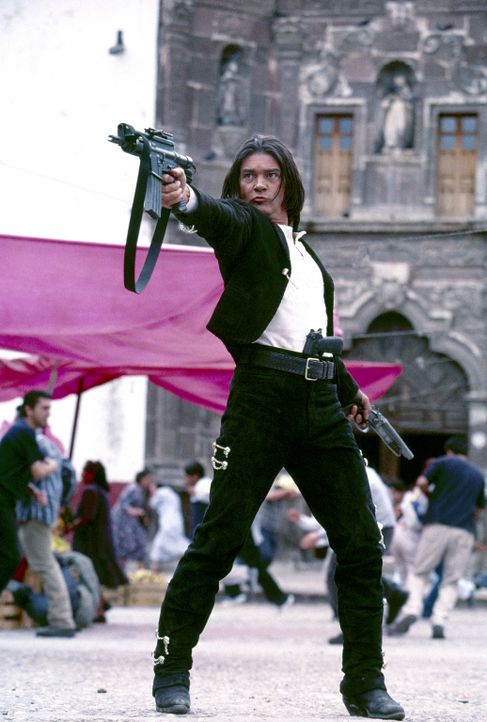 El Mariachi  (Antonio Banderas) will Rache, und so schart er seine zwei einzigen Freunde um sich und zieht in die Schlacht, an deren Ende nur der st... - Bildquelle: Columbia Pictures Corporation