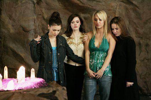 Charmed - Zauberhafte Hexen - Gemeinsam versuchen Phoebe (Ayssa Milano, l.),...