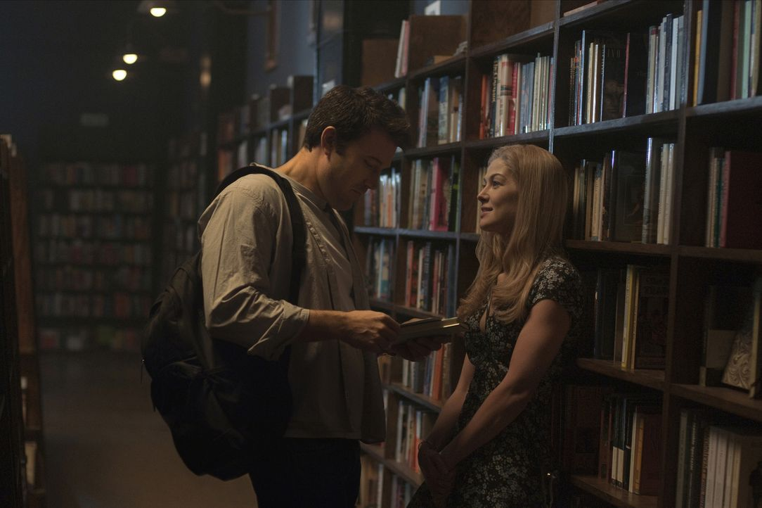 Wie gut kennt man den Menschen, den man liebt, wirklich? Als Nick Dunne (Ben Affleck, l.) sein Herz an Amy (Rosamund Pike, r.) verliert, ahnt er nic... - Bildquelle: 2014 Twentieth Century Fox Film Corporation.  All rights reserved.