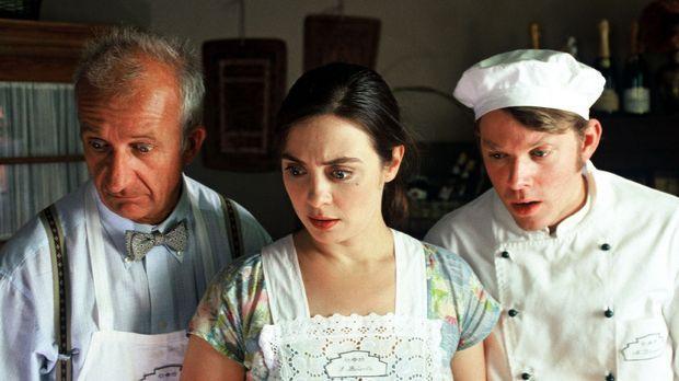 Susanne (Julia Richter, M.) arbeitet mit Frederic (Philipp Sonntag, l.) und M...