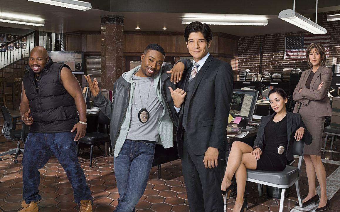 (1. Staffel) - Detective Carter (Justin Hires, 2.v.l.) und Detective Lee (Jon Foo, M.) bekommen bei ihren Ermittlungen tatkräftige Unterstützung von... - Bildquelle: Warner Brothers