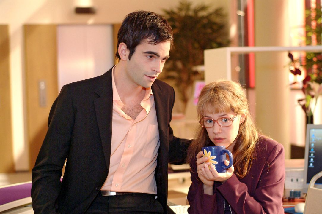 David (Mathis Künzler, l.) beugt sich vertraulich zu Lisa (Alexandra Neldel, r.), um aus ihr herauszukitzeln, in wen sie so unglücklich verliebt ist... - Bildquelle: Monika Schürle Sat.1