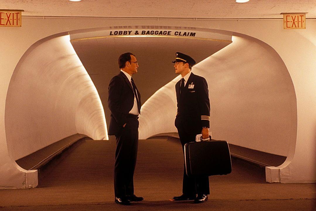Als FBI-Agent Carl Hanratty (Tom Hanks, l.) zufällig auf seine Zielperson stößt, kann Frank Abagnale (Leonardo DiCaprio, r.) ihm erneut ein Schnippc... - Bildquelle: TM &   2003 DreamWorks LLC. All Rights Reserved