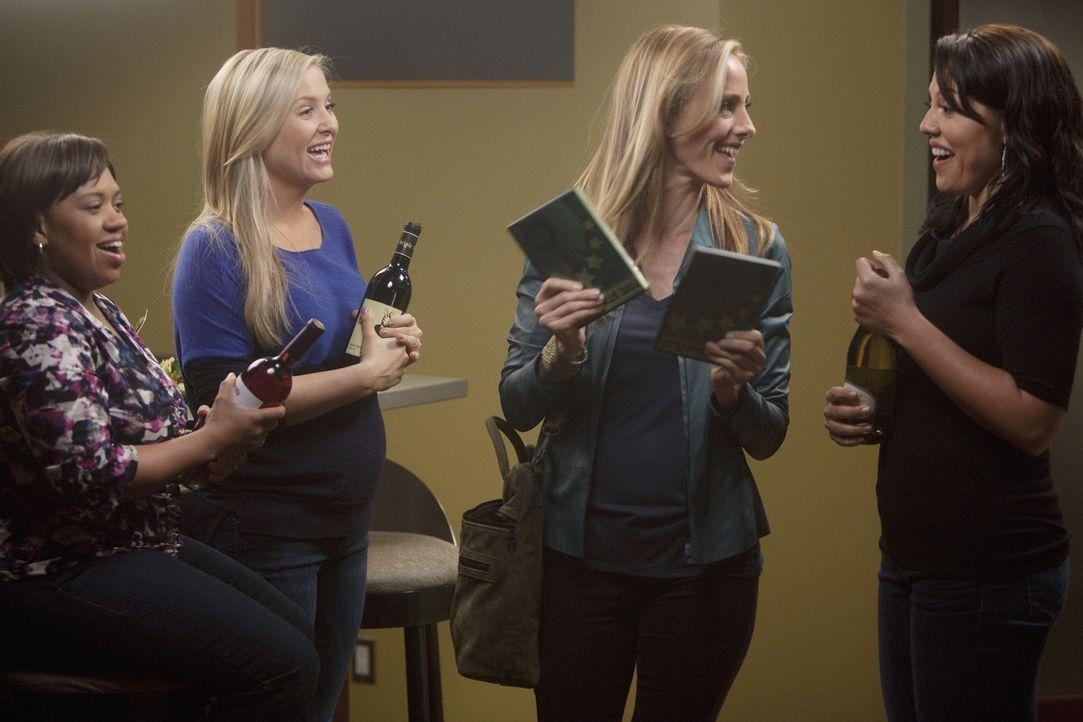 Ein gemütlicher Frauenabend steht an: Callie (Sara Ramirez, r.), Arizona (Jessica Capshaw, 2.v.l.), Miranda (Chandra Wilson, l.) und Teddy (Kim Rav... - Bildquelle: Touchstone Television