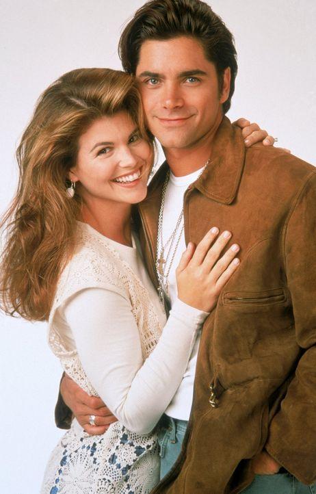 (4. Staffel) - Werden Jesse (John Stamos, r.) und Becky (Lori Loughlin, l.) jetzt tatsächlich den nächsten Schritt in ihrer Beziehung machen? - Bildquelle: Warner Brothers Inc.