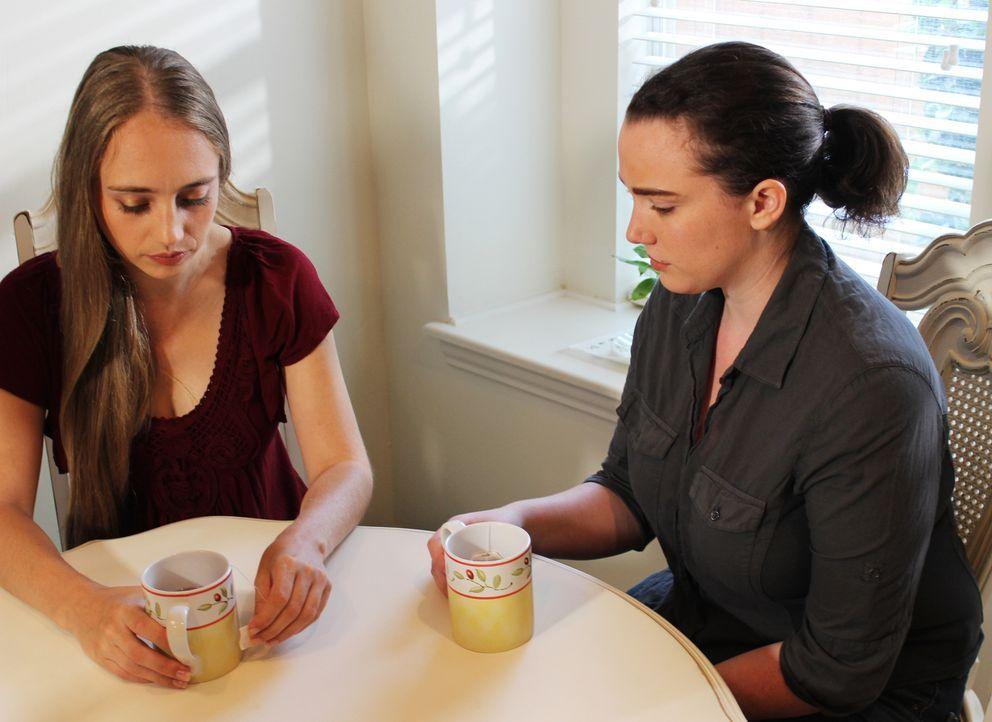 Stacy Peterson (l.) vertraut sich ihrer Schwester Cassandra Cales (r.) an und spricht über die Probleme mit Ehemann Drew. - Bildquelle: 2015 AMS Pictures. All Rights Reserved