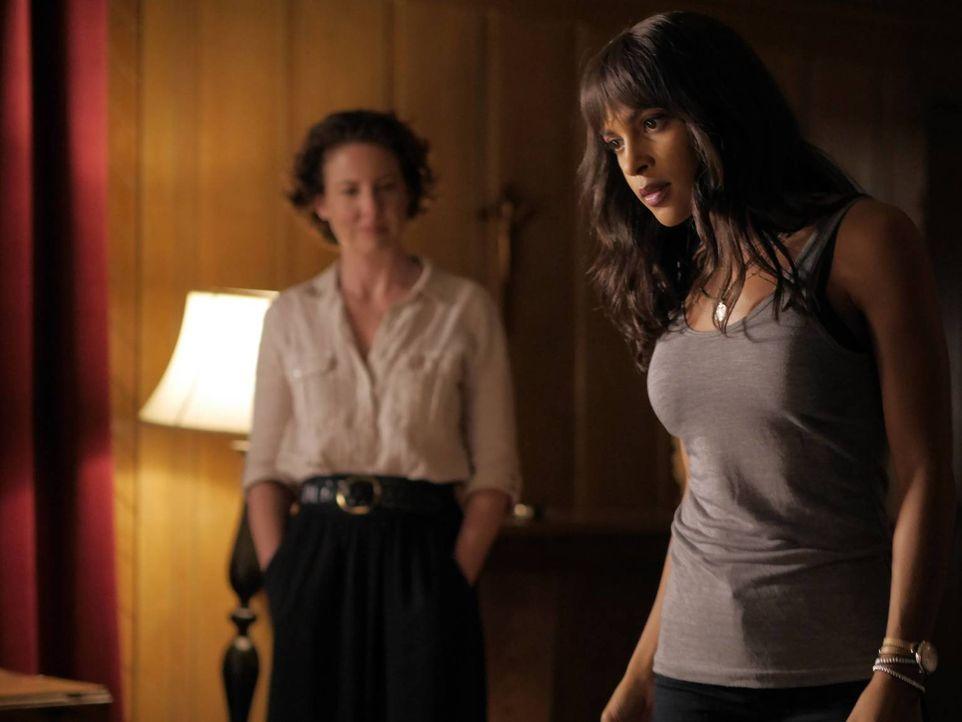 Während sich Schwester Greta (Robin Weigert, l.) eine einmalige Chance bietet, muss Simone (Megalyn Echiunwoke, r.) erkennen, wie schlimm es wirklic... - Bildquelle: 2016 A&E Television Network, LLC. All rights reserved.