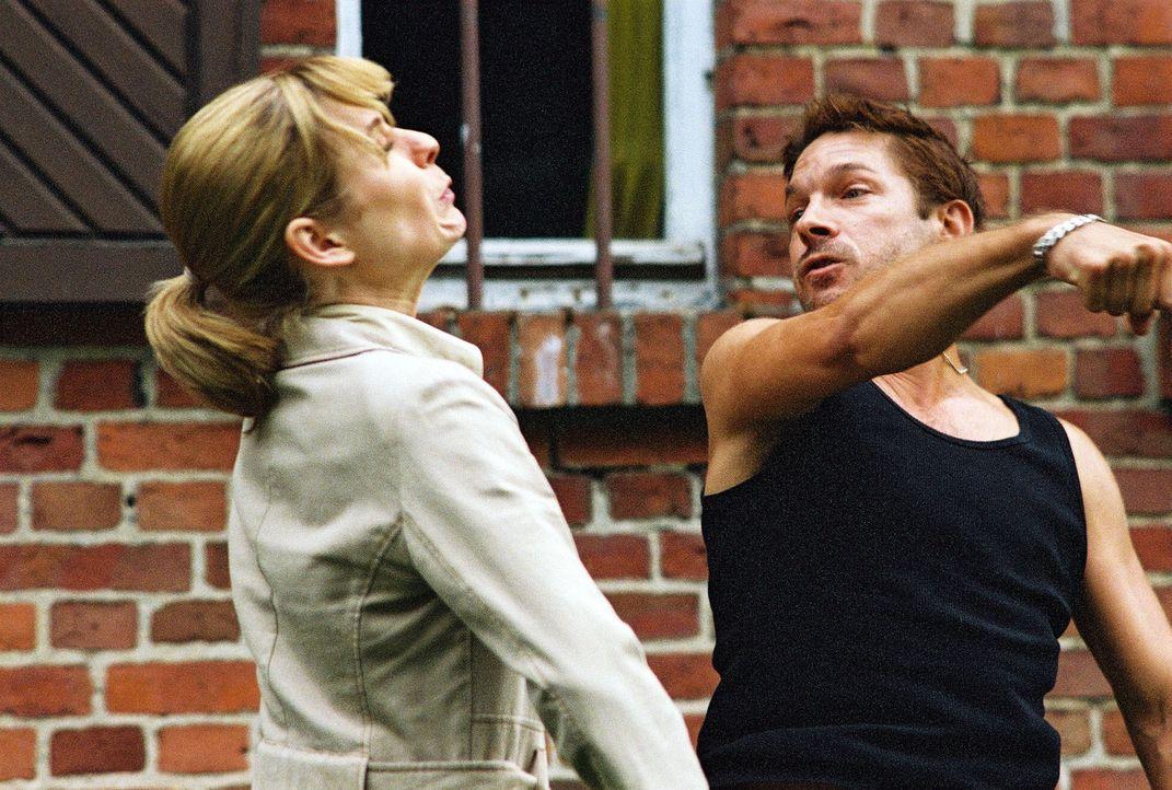 Pit (Andreas Herder, r.) schlägt Susanna Beckert (Lisa Martinek, l.) ins Gesicht ... - Bildquelle: Wolfgang Wehner Sat.1
