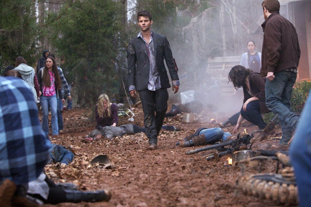 Schnell wird Elijah (Daniel Gillies, M.) klar, dass der Angriff auf die Werwölfe nicht ungesühnt bleiben wird, aber wer hat den Angriff wirklich in... - Bildquelle: Warner Bros. Television