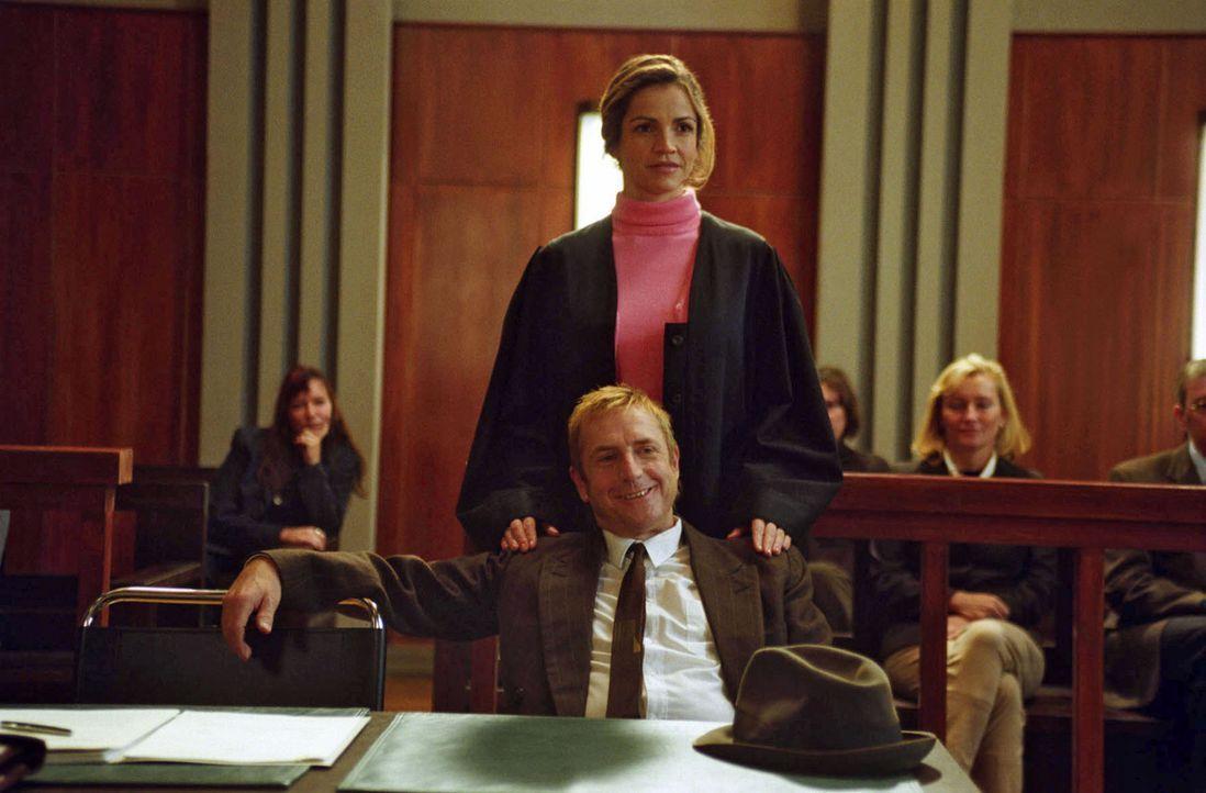 """Sieht so ein Ver- bzw. Einbrecher aus? Sandra (Rebecca Immanuel, hinten) kann mit """"windigen"""" Argumenten das Gericht von der Unschuld ihres Mandanten... - Bildquelle: Hardy Spitz Sat.1"""