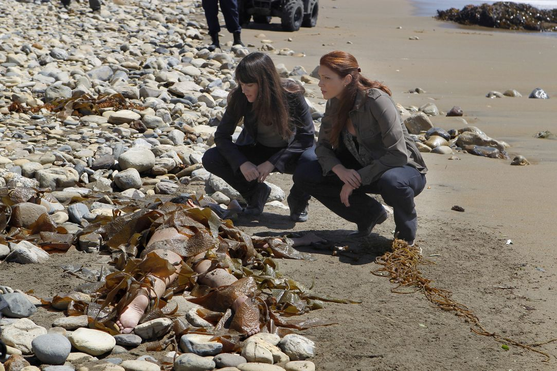 Patrick, Grace (Amanda Righetti, r.) und Teresa (Robin Tunney, l.) müssen den Tod einer jungen Frau aufklären, deren Leiche an den Strand einer Inse... - Bildquelle: Warner Brothers Entertainment Inc.