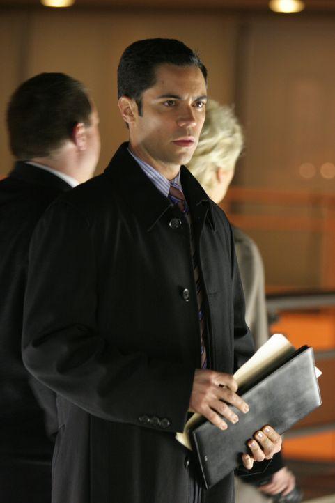 Am Ort des tragischen Unfalls, bei dem Sloane vor zehn Jahren ums Leben kam, hofft Det. Scott Valens (Danny Pino) Antworten auf ungeklärte Fragen zu... - Bildquelle: Warner Bros. Television