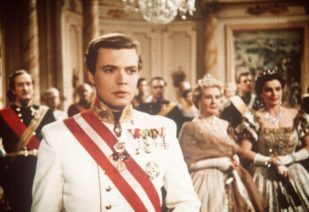 Obwohl die Wahl seiner Mutter auf eine ansprechende Prinzessin fällt, gehört das Herz des jungen Kaisers (Karlheinz Böhm) längst einer anderen ... - Bildquelle: Herzog-Filmverleih