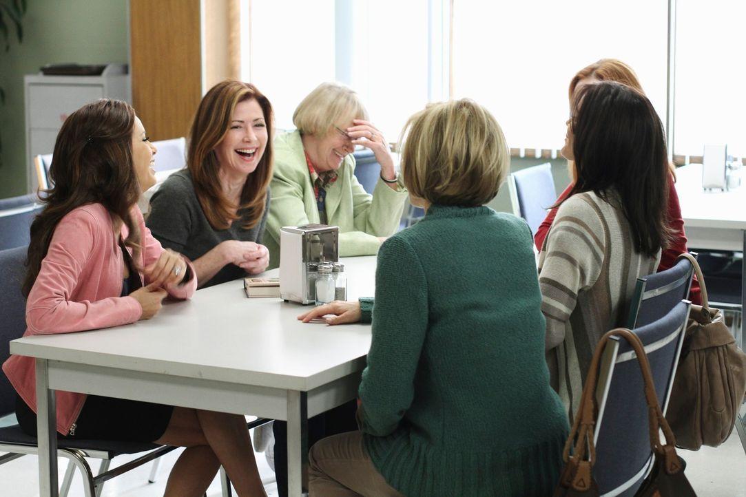 Nach alldem, was vorgefallen ist, ist es Karen McCluskey (Kathryn Joosten, 3.v.l.) gelungen, die Freundinnen Gabrielle (Eva Longoria, l.), Katherine... - Bildquelle: ABC Studios