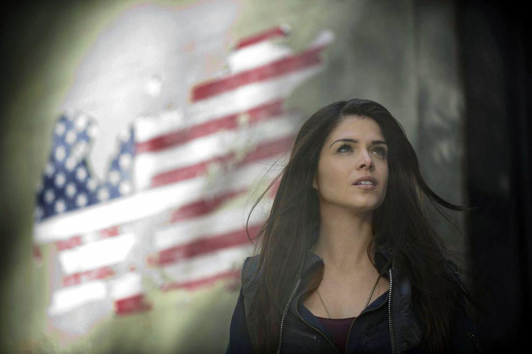 Octavia (Marie Avgeropoulos) wird beflügelt durch die uneingeschränkte Freiheit. Doch wie uneingeschränkt ist diese wirklich? - Bildquelle: Warner Brothers