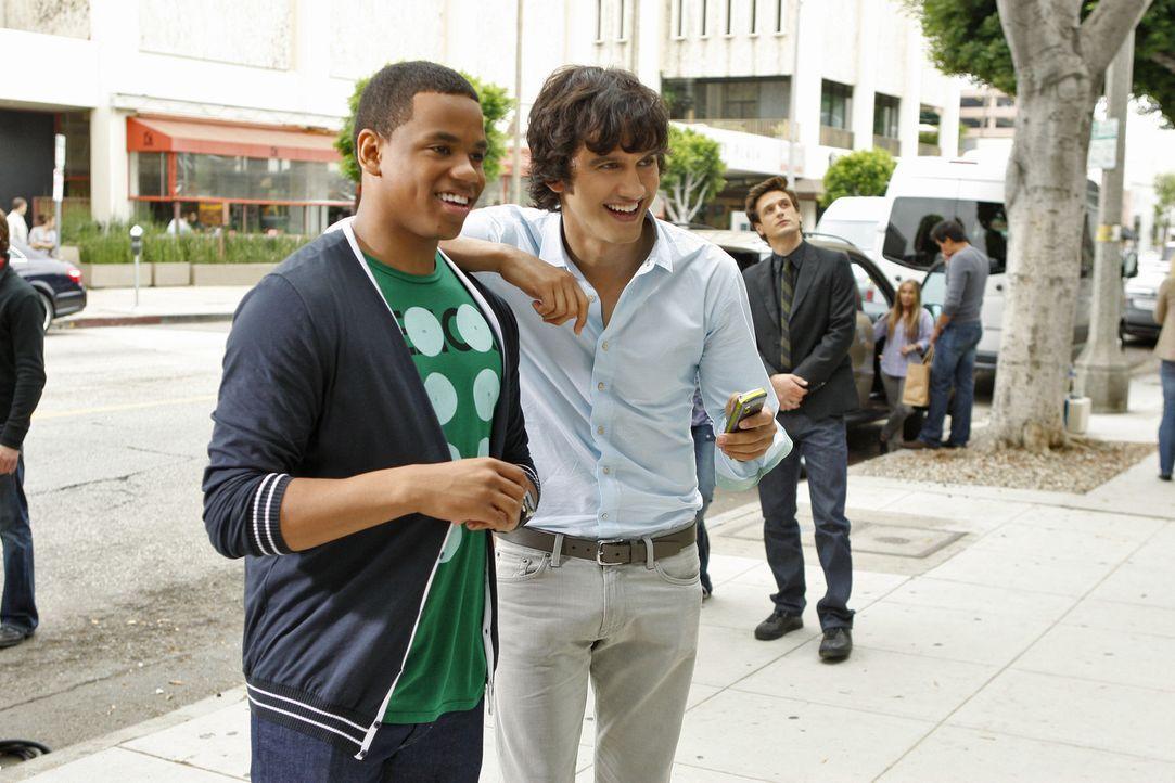 Dixon (Tristan Wilds, l.) und Navid (Michael Steger, r.) amüsieren sich über Liam, der mit nacktem Oberkörper als lebende Schaufensterpuppe in ei... - Bildquelle: 2010 The CW Network. All Rights Reserved.