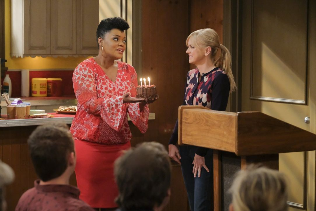 Christy (Anna Faris, r.) erhält von ihrem Sponsor Nora (Yvette Nicole Brown, l.) ein Geschenk für fünf Jahre nüchtern sein und als sie darüber nachd... - Bildquelle: 2018 Warner Bros.