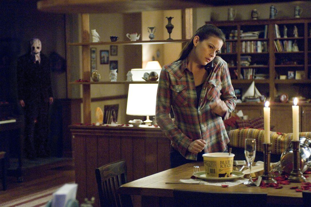 Während Kristen McKay (Liv Tyler, r.) in dem einsamen Landhaus auf ihren Freund wartet, der Zigaretten kaufen gefahren ist, dringt ein maskierter M... - Bildquelle: Glenn Watson 2007 Focus Features LLC.  All Rights Reserved.