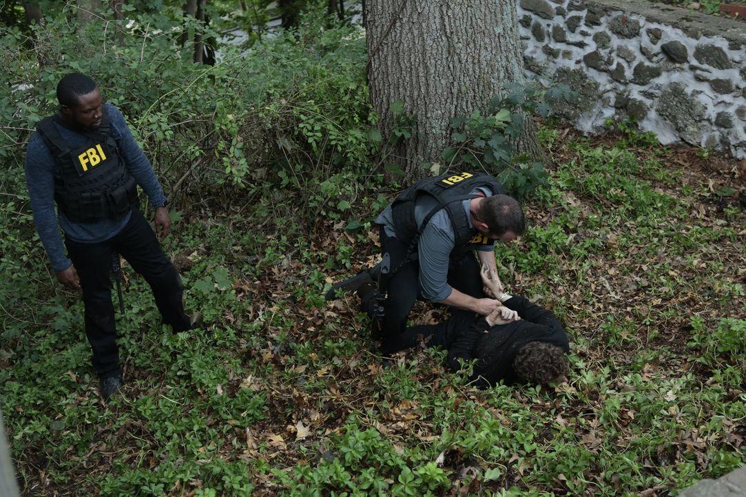 Noch ahnen Weller (Sullivan Stapleton, r.) und Reed (Rob Brown, l.) nicht, dass die Jagd nicht zu Ende ist, sondern erst beginnt ... - Bildquelle: Warner Brothers