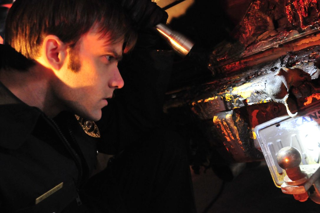 Die Feuerwehr ist an der Unfallstelle eines Wagens. Dort entdecken sie eine Leiche in dem brennenden Auto ... - Bildquelle: Cineflix 2010