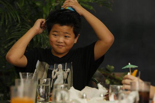 Sein Geburtstag steht bevor: Eddie (Hudson Yang) ... - Bildquelle: 2015-2016...