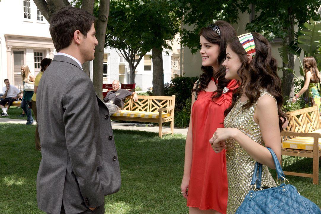 Mr. Cassidy (David Giuntoli, l.), der Schulleiter, möchte, dass sich Sage (Ashley Newbrough, M.) und Rose Baker (Lucy Hale, r.) voll und ganz auf de... - Bildquelle: Warner Bros. Television