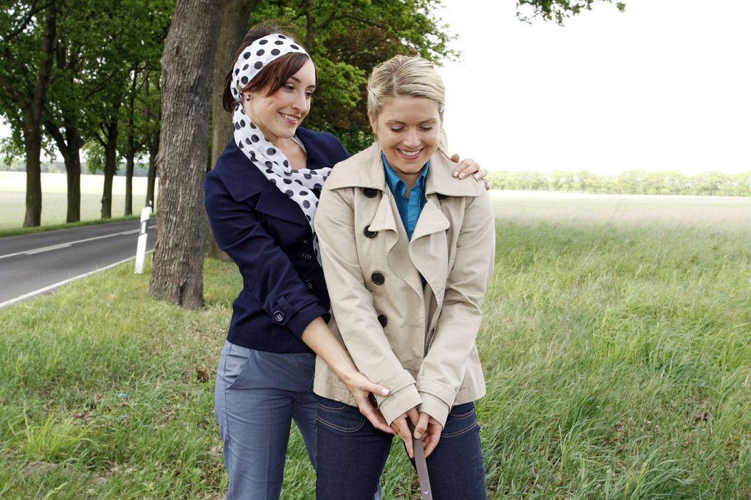 Anna (Jeanette Biedermann, r.) tut es gut, mit Vanessa (Maike von Bremen, l.) einfach nur Spaß zu haben. - Bildquelle: Sat.1