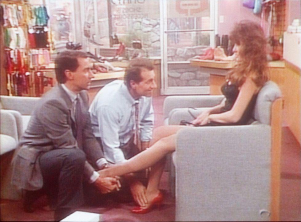 """Andächtig nehmen Al (Ed O'Neill, M.) und Steve (David Garrison, l.) Brandi Brandt (Brandi Brandt, r.), die Miss Oktober des """"Playboy"""", ins Visier. - Bildquelle: Sony Pictures Television International. All Rights Reserved."""