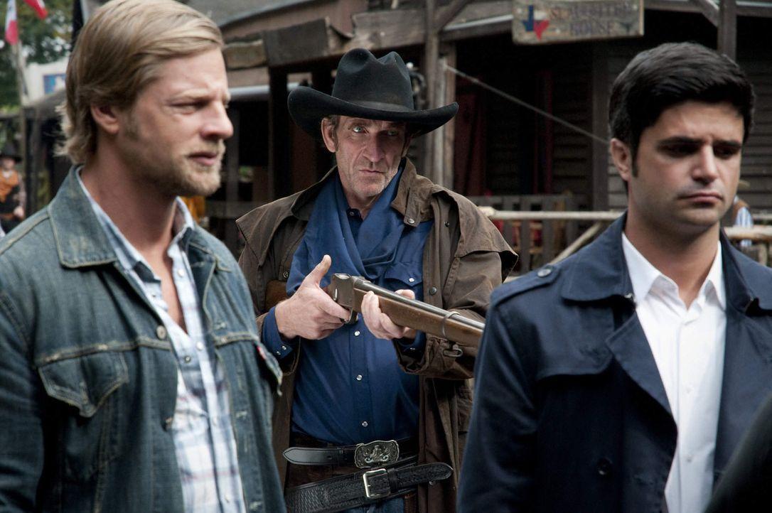 """Als in """"Lubbock Town"""", einem Wildwestverein mitten im Pott, ein Mord passiert, lernen Mick (Henning Baum, l.) und Andreas (Maximilian Grill, r.) sch... - Bildquelle: SAT.1"""
