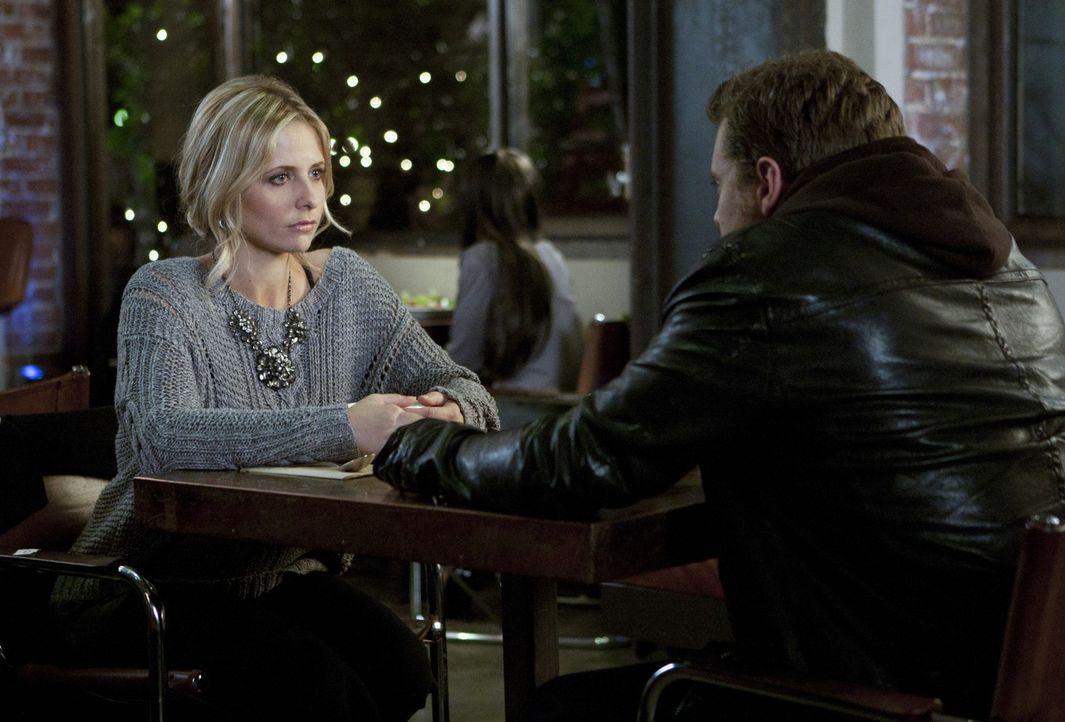 Charlie (Billy Miller, r.) erklärt sich bereit, Bridgets (Sarah Michelle Gellar, l.) Waffe zu entsorgen. Ob das so eine gute Idee von ihr war, ausg... - Bildquelle: 2011 THE CW NETWORK, LLC. ALL RIGHTS RESERVED