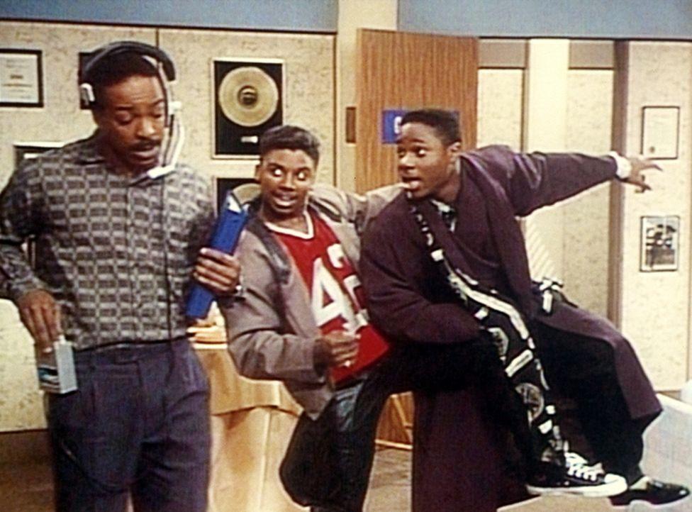 Der Studioleiter gibt bekannt, dass nur noch einer auftreten darf: Theo (Malcolm-Jamal Warner, r.) und Cockroach (Carl Payne, M.) müssen sich entsc... - Bildquelle: Viacom