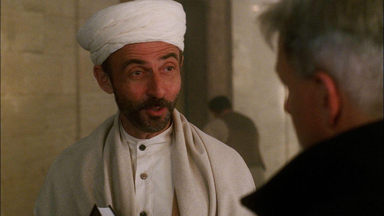 Gibbs (Mark Harmon, r.) und sein Team befragen Khalid Mohammed Bakr (Shaun Toub), den  Vater des  Ermordeten, dessen Moschee vom FBI überwacht wird... - Bildquelle: CBS Television