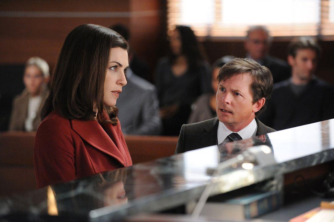 Alicias (Julianna Margulies, l.) Plan vor Gericht als David dazustehen, der gegen Goliath kämpft, wird von der Verteidigung in Person des Anwalts C... - Bildquelle: 2010 CBS Broadcasting Inc. All Rights Reserved.