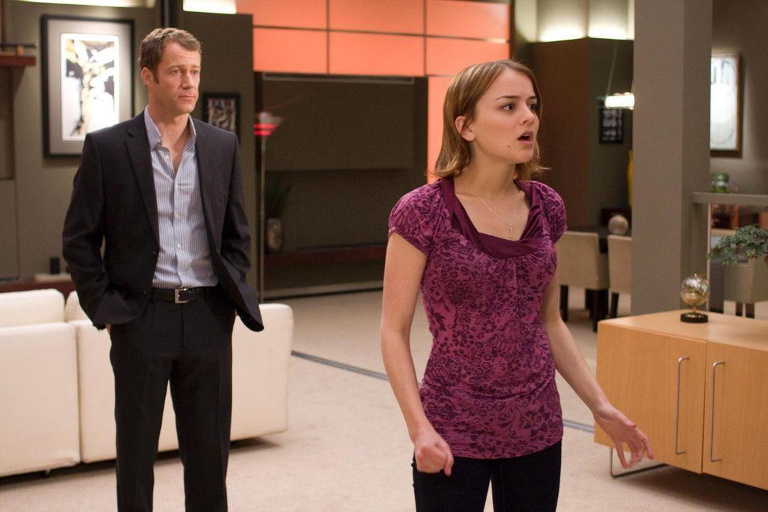Zoe (Jordan Hinson, r.) stattet ihrem Vater (Colin Ferguson, l.) und Eureka einen Besuch ab. Sie scheint frisch verliebt zu sein, was einige Problem... - Bildquelle: Universal Television