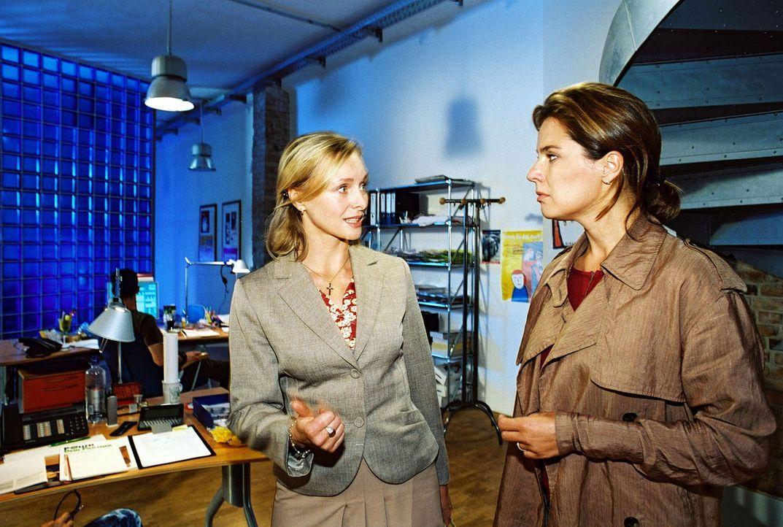 Katja (Désirée Nosbusch, r.) sieht sich mit Gabriele (Marita Marschall, l.) in der Telefonzentrale um. - Bildquelle: Gordon Mühle Sat.1