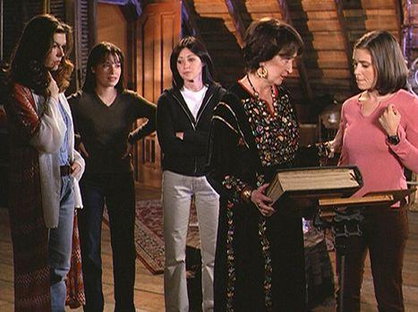 Charmed - Zauberhafte Hexen - Phoebe (Alyssa Milano, r.), Prue (Shannen Doher...