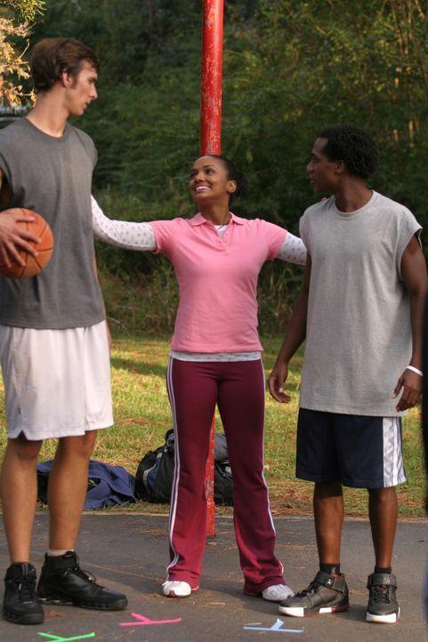 Als Lucas zufällig an einem Basketballplatz vorbeikommt, trifft er auf seine alte Schulfreundin Faith (Mekia Cox, M.) ... - Bildquelle: Warner Bros. Pictures